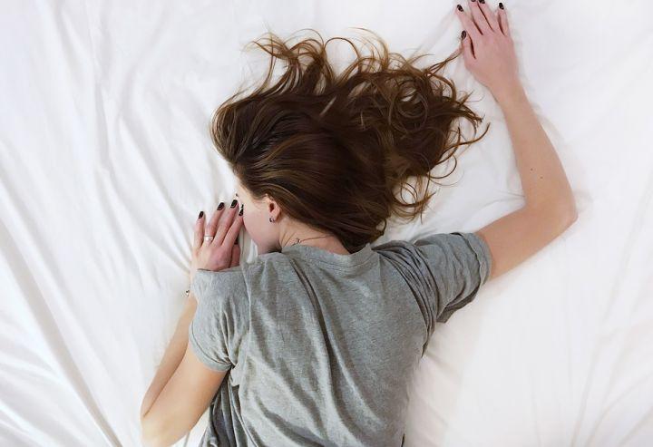 Paralisi del sonno: cause, sintomi, esperienze, rimedi e cure
